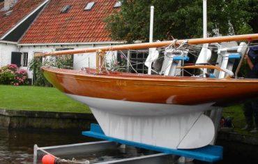 Segelbåt på båtlyft