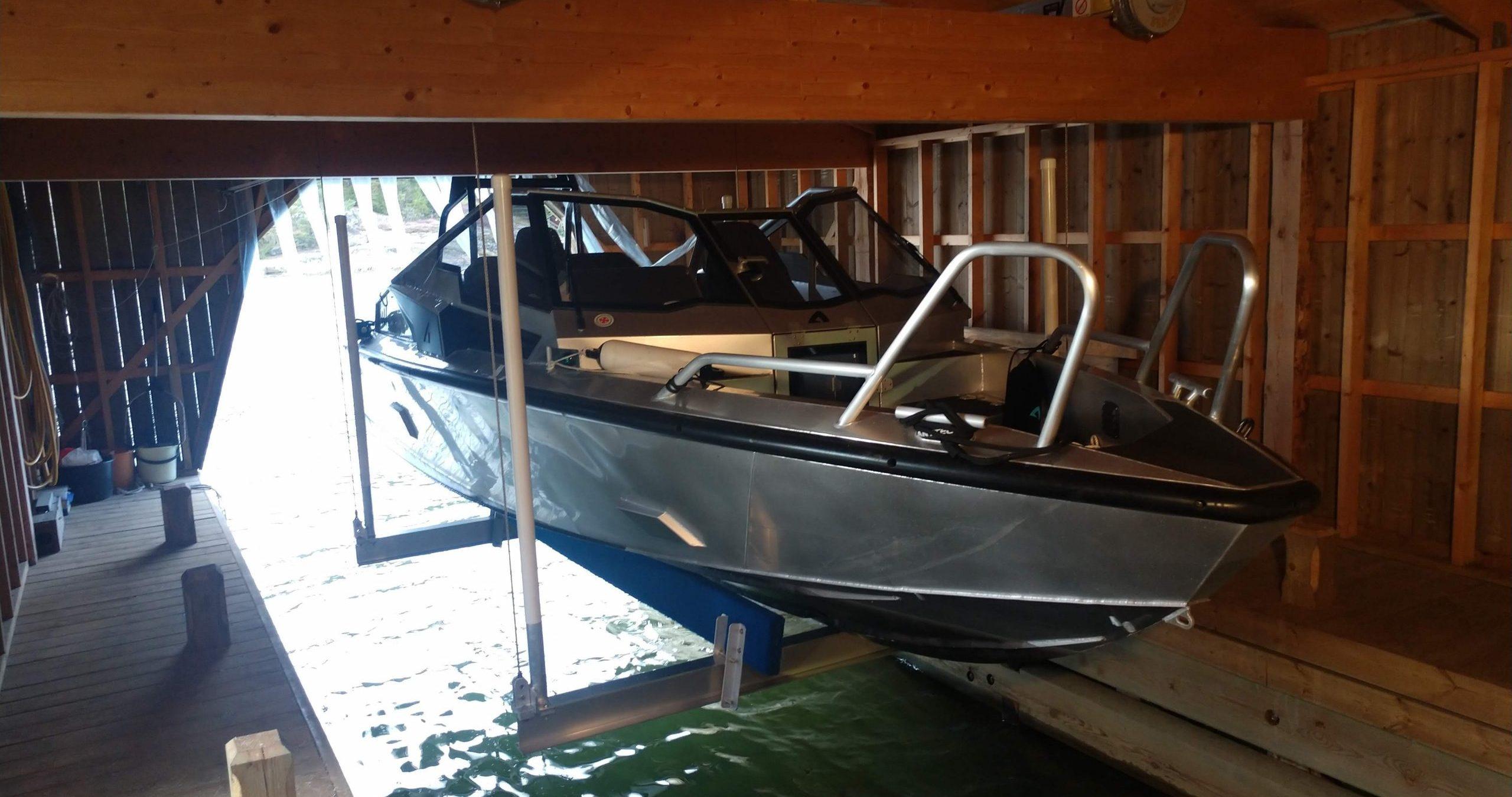 Båtlyft i båthus